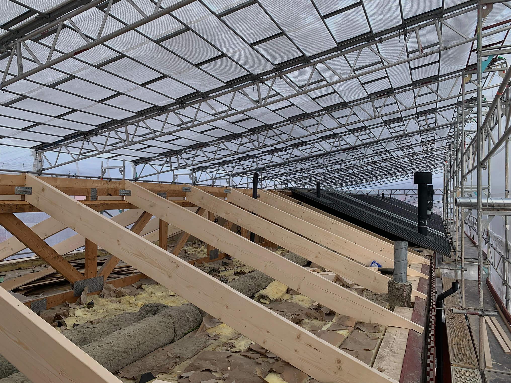 Väderskydd över tak på parhus där man byter takstolar och plåt